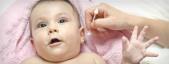 Babys Nasen-und Ohrhygiene